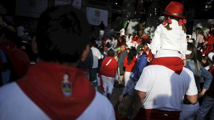 LOS ENCIERROS DE SAN FERMÍN: TRADICIÓN Y FIESTA, DONDE NO FALTAN LA CHISTORRA, EL VINO Y LOS CHURROS. Los encierros de San Fermín atraen estos días a cientos de miles de personas. Todavía quedan 48 horas de fiesta, que muchos viven sin descanso, entre la tradición de correr los encierros, y la celebración con la chistorra, el vino y los churros. Muchos se esmeran por coger el mejor sitio para ver las carreras de los mozos.