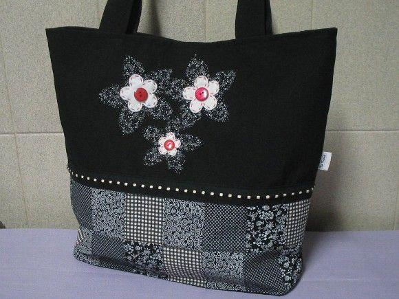 Bolsa com patchwork aplicações em flôres com bolso interno R$76,00