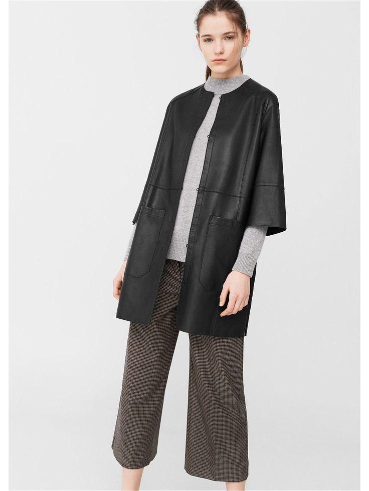 Декоративные строчки, круглый вырез горловины, рукава три четверти реглан, спереди два накладных кармана, спереди застежка на крючок.Внешняя длина:  60,2 cm . Длина спины:  87,8 cm.Кожаное пальто.