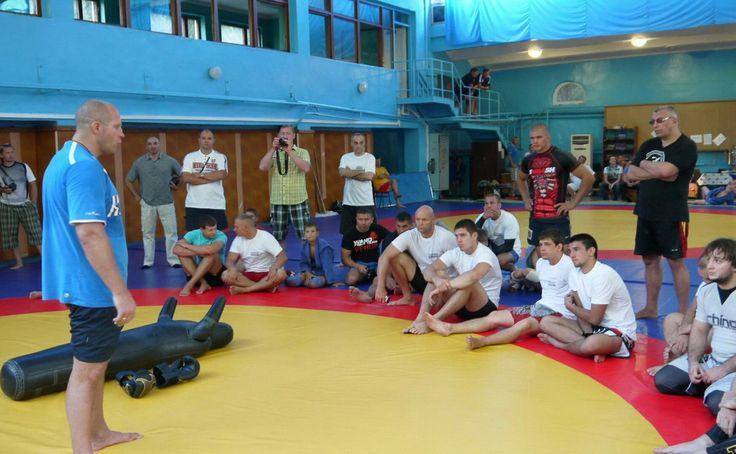 """Чемпион выбирает для тренировки """"правильного манекена"""" #бойкоспорт #бокс #кикбоксинг #mma #мма #дзюдо #самбо"""