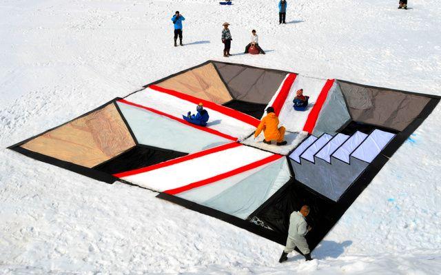 滑り降りるのではなく、重力に逆らって上っていくように見える「錯覚滑り台」が5日、新潟県南魚沼市荒金の八海山麓スキー場でお目見えした。縦、横ともに10メートルの雪の滑り台を、中央部にある高さ1・2メー…