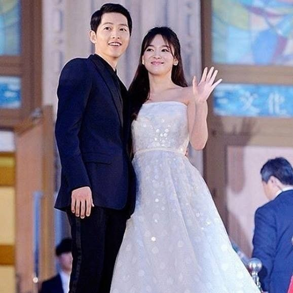 """regram @kdramas.jjang [BREAKING] Song Joong Ki and Song Hye Kyo to get married! ActorSong Joong Ki and the actress Song Hye Kyo are reportedly getting married on October 31 2017! The representatives from both of their respective companies confirmed the news and stated """"Because marriage is not so simple but rather involvesboth of the family we were very careful with everything - it is a very sensitive and significant moment in everyone's life and that is why we're giving out this statement…"""