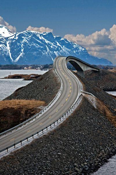 エメラルドに囲まれた世界で最も美しい道路『アトランティックオーシャンロード』