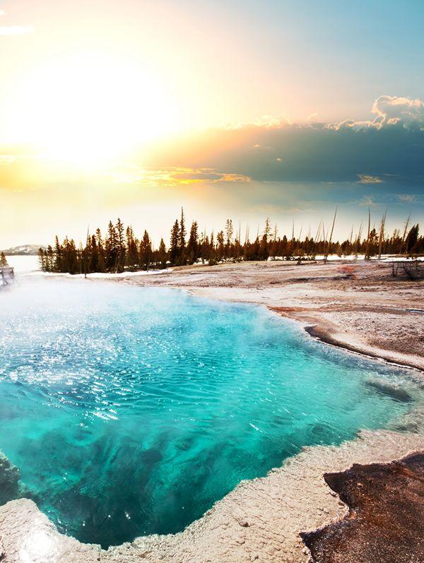 【H.I.S.】【イエローストーン国立公園】 イエローストーン国立公園内には様々な熱水現象が確認できます。このイエローストーン湖沿いにトレイルが敷かれていて、歩くのにとても気持ちが良さそうですね♪ #travel #america