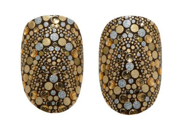 Αποκτήστε γρήγορα και εύκολα εντυπωσιακά σχέδια στα νύχια με τα διακοσμητικά αυτοκόλλητα νυχιών Revlon Nail Art Stickers by Marchesa! Ταιριάζουν σε όλα τα μεγέθη και σχήματα νυχιών και δεν απαιτούν χρόνο για να στεγνώσουν! Διαρκούν πάνω από 7 μέρες και αφαιρούνται εύκολα με ξεβαφτικό νυχιώ