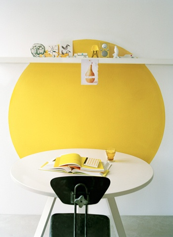 cercle jaune au mur, qui fait écho à la table ronde #yellow circle #yellow wall