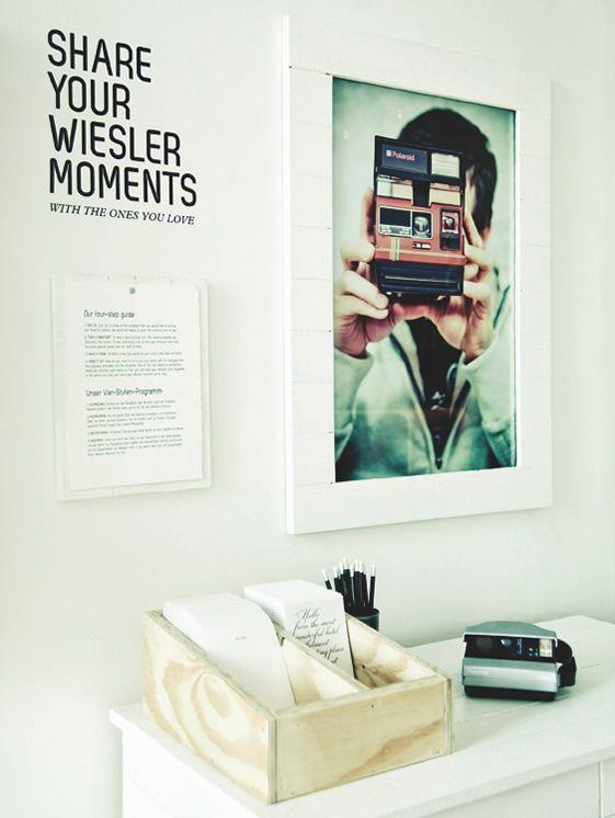 Un hotel que pone cámaras Polaroid en las habitaciones para que hagas y envíes fotos. Los austriacos lo hacen todo mejor.
