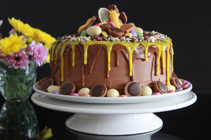 Denne kaken er et eksempel på at det kan bli bra selv om det ser ut til å gå skeis, og det trengs litt justeringer underveis. Den ble lagd for at jeg skulle prøve meg på en blanding av to favoritter her i huset. Kaken ble bakt i en 22 cm form som ble kledd med bakepapir som stakk litt opp over kanten på formen. Dette i tilfelle kaken skulle bli høyere enn formen. Denne kaken er dynket med sukkervann. Dette fordi jeg ville se hvordan en dynket sjokoladekake ville bli. Det gikk, og den ble…