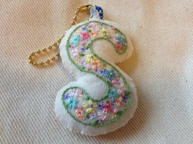 刺繍イニシャルチャーム(S) | HandMade in Japan 手仕事の新しいマーケットプレイス iichi