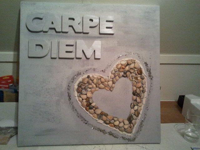 met letters, schelpen en steentjes een schilderij gemaakt