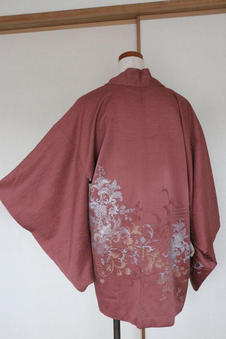 Belle japonaise en Kimono Vintage veste - Haori- ******************************************************** No de l'article. H-13  Magnifique broderie de fils de soie veste Kimono! Or et argent fleurs sont magnifiquement brodés. tissu de soie très doux. La doublure est aussi très beau mamans sont imprimées. Veste à la main. Il y a une petite tache sur le panneau arrière et un manchon.  Condition : Excellent.  S'il vous plaît vérifier contre les mesures réelles à plat:  Soie Dans le dos…