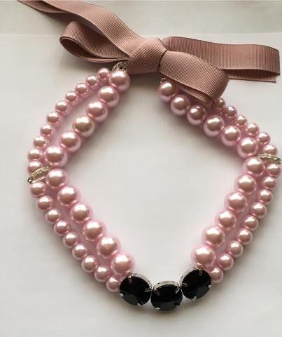 Colier din perle de sticla roz, in doua randuri si distantiere acrilice negre, accesorii metalice argintii ( fara nichel)si panglica din satin striat roz.