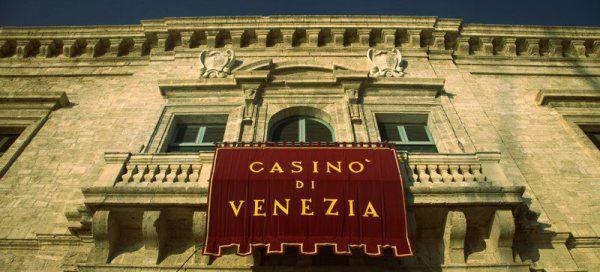 Era partita da 300-400 milioni di euro per trent'anni di contratto di appalto la base di offerta per il Casinò di Venezia. Ora però la Casa da gioco della laguna, la cui gestione è destinata a passare in mano a p  http://tuttacronaca.wordpress.com/2013/08/29/casino-di-venezia-in-svendita-ai-privati-per-rispettare-il-patto-di-stabilita/