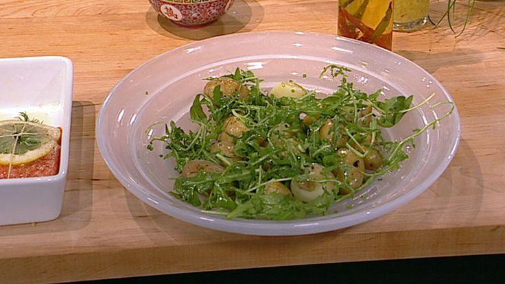 Ferske poteter trenger ikke skrelles. Niklas Ekstedt lager potetsalat med nye poteter, gressløk og ruccola.
