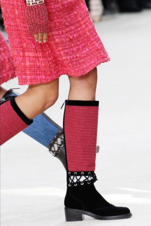 Le scarpe Chanel inverno 2017 si contraddistinguono per il trend del flat. Stivali bassi e scarpe con rocchetto sono i due modelli cult della nuova collezione della maison francese. Per il prossimo autunno inverno 2016 2017 la casa di moda Chanel sceglie di far indossare alle donne calzature comode, dal tacco bassissimo o inesistente. Ne …