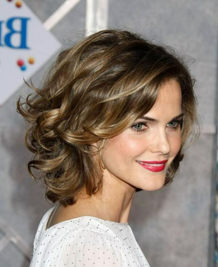corte de pelo a capas mujer con pelo rizado estilo bob con flequillo ladeado