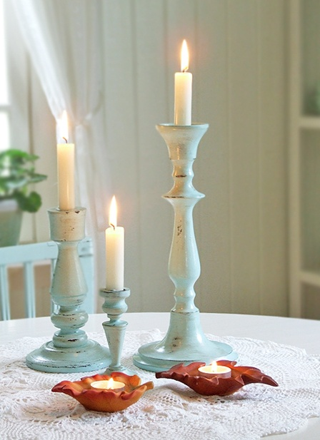 Love these chippy blue candlesticks & the balance of the brown leaf tealights.