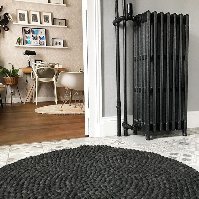 Chez Wink deco les radiateurs sont noirs ⚫️ parfaitement assorti à notre nouveau tapis @myfelt_teppiche   #winkdeco #wink #homedecor #homedesign #homestyle #myhome #mysweethome #homesweethome #scandinave #decoaddict #instadeco #interieur #insparation #picoftheday #instahome #lovedeco #athome #madecoamoi #myfelt #bureau #tapis #carpet #radiateur #noir