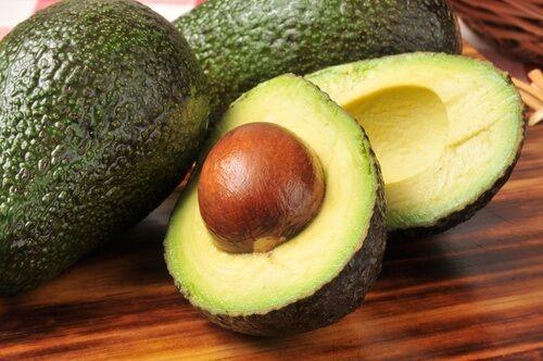 O abacate é uma fruta deliciosa e versátil que, há muito tempo, é incluída com facilidade em diferentes tipos de dieta. Durante muitos anos as pessoas duvidaram de seus benefícios, já que diziam que ele engordava por causa do seu elevado índice de gorduras e calorias. No entanto, com o passar do tempo, foi demonstrado …
