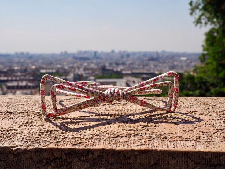 Différenciez-vous avec le nœud papillon Chrysalide !  100% fait main – 100% Made in France Modèle unique fabriqué dans notre atelier parisien. Nœud papillon liberty rose. Ce nœud pap' habillera votre style et apportera une touche d'audace. #Paris #vuesurparis #noeudpapillon #Montmartre #ville #liberty #lookprintemps