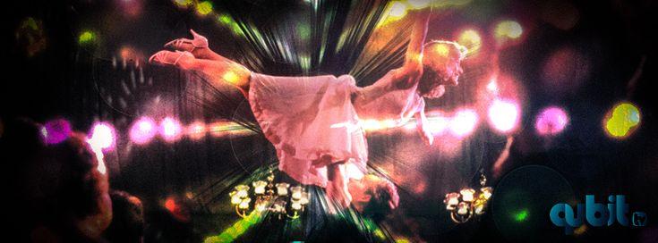 Musculoso. Tierno. Recio. Con cara de gato montés y ojos de un azul grisáceo indefinido que nos obliga a seguir mirando. Patrick Swayze explotó en Dirty Dancing, más como vendaval de sensualidad masculina que como bailarín profesional. Habitualmente el cine, en su historia, magnifica y eleva a la mujer. La descubre a través de la mirada de un hombre.  Nada es así en Dirty Dancing.  SEGUIR LEYENDO