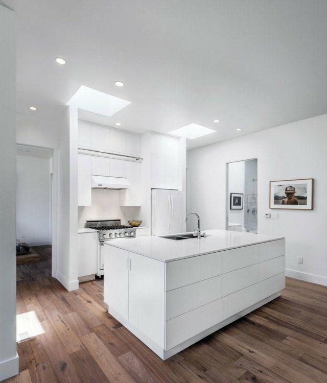 aménagement cuisine moderne blanche avec plancher en bois