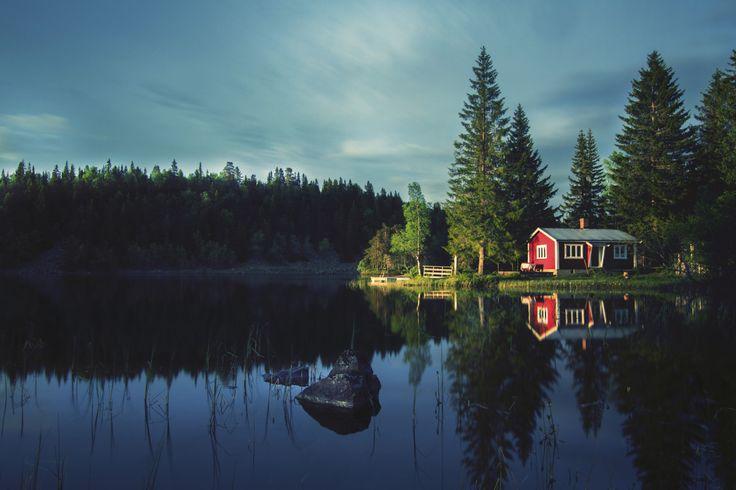 Une cabane près d'un lac désert durant les dernières minutes de soleil, après 23 heures, en Norvège. La Norvège a beaucoup de beaux lacs, et au cours de ma randonnée de 7 jours avec juste moi et mon appareil photo, je suis tombé sur cette beauté.