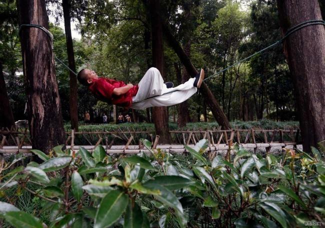 Мастер кунг-фу умеет спать, лежа на веревке (фото)
