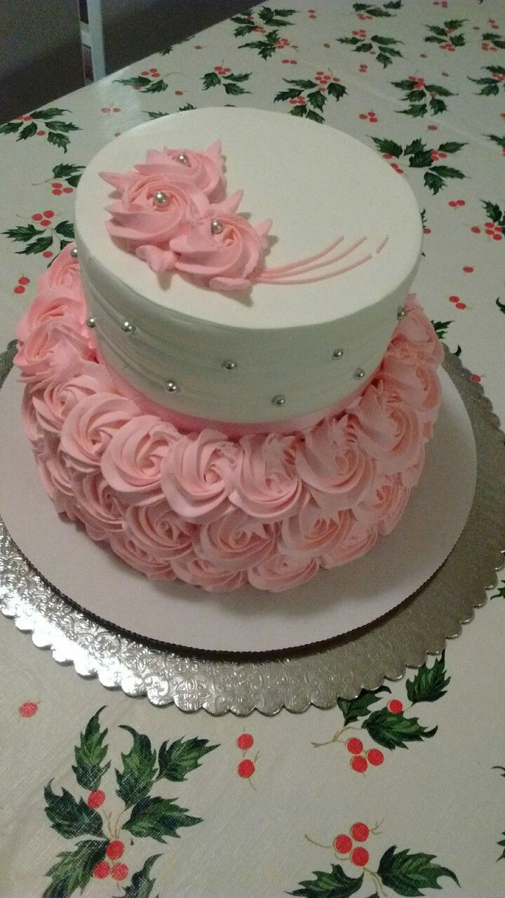 Pastel de dos pisos pequeño con rosas