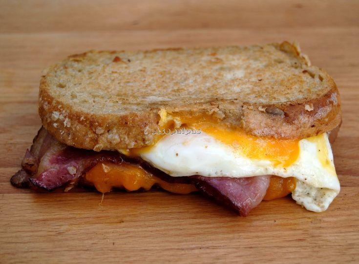 Sándwich con Bacon, Huevo Frito y Queso Cheedar