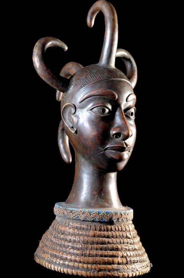 Le Royaume de Bénin, au sud de l'actuel Nigéria, est réputé pour ses magnifiques bronzes et ses sculptures en ivoire.  Ces oeuvres constituent l'un des plus grands trésors de l'humanité et figurent parmi les pièces maîtresses des musées du monde entier.  Le palais de l'Oba, où se trouvaient les somptueux sanctuaires royaux, était considéré comme le centre de la capitale et du royaume.  L'art de Bénin est incontestablement un art royal.