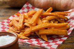 Recept voor 4x Gezonde Vegetarische Frietjes Heb je voorgenomen gezonder te eten, maar ben je een fan van patat? Vervang de vette friet dan met gezonde groentefriet van zoete aardappel, courgette, wortelen en asperge. Hieronder de recepten. Zoete aardappel friet Ingrediënten Voor de frietjes: 1 zoete aardappel 2 eetlepels olijfolie 1 eetlepel verse rozemarijn, fijngehakt …