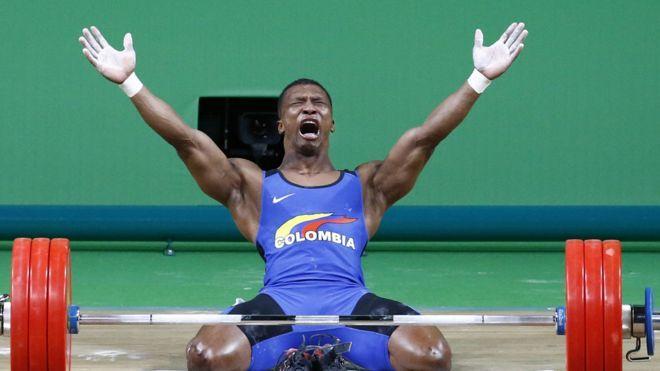 El levantador de pesas colombiano Óscar Figueroa Mosquera celebra la medalla de…