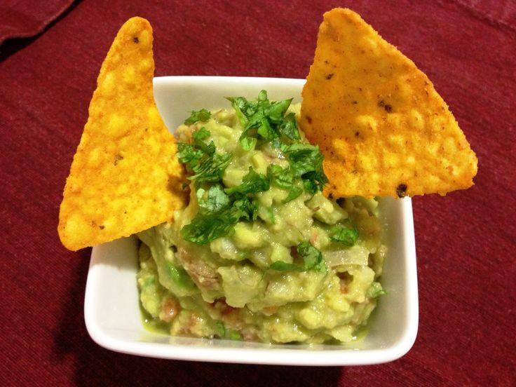 Guacamole casero, con cilantro y lima, receta de Javi recetas http://javirecetas.hola.com/guacamole-receta-mexicana/