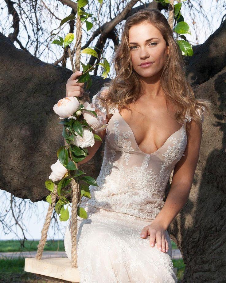 Как сократить расходы на свадебное платье? 1. ОТКАЖИСЬ ОТ ВЫШИВКИ Выбор в пользу классического платья без каких-либо украшений может существенно снизить цену т.к. бисер и кружева делают его значительно дороже 2. ИЩИ АЛЬТЕРНАТИВУ Если ты не представляешь свое платье мечты без дизайнерской отделки и ручной вышивки то пусть расшит будет например только лиф. 3. НЕ ПЕРЕШИВАЙ ПЛАТЬЕ Сделай выбор в пользу платья которое устраивает тебя полностью и которое не придется сильно корректировать…