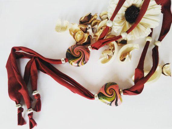 Collana scorrevole lunga, in morbida fettuccia, con cabochon realizzato interamente a mano in argilla polimerica, in diverse coloratissime