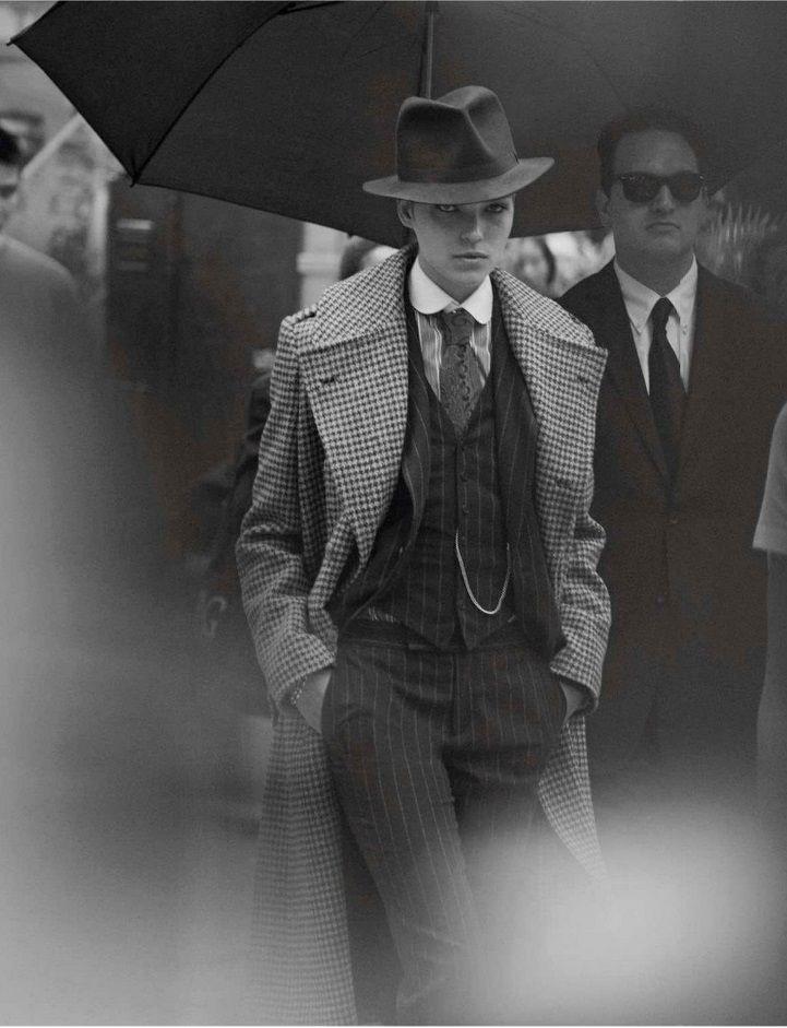 Le mannequin Arizona Muse photographiée par Peter Lindbergh pour Vogue Paris en Octobre 2012. Le mannequin féminin est presque enfouie dans ces vêtements masculin d'un total look dandy: costume 3 pièces, cravate, trench et chapeau.