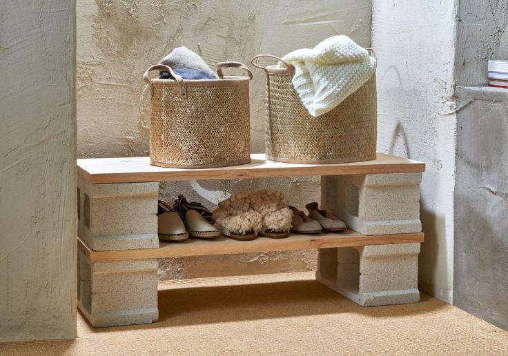Diseña una mesilla auxiliar-zapatero con bloques de cemento y unas tablas barnizadas.