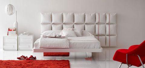 Outra composição deu origem a este móvel. Neste caso, almofadas foram costuradas umas às outras e criaram uma grande cabeceira almofadada.