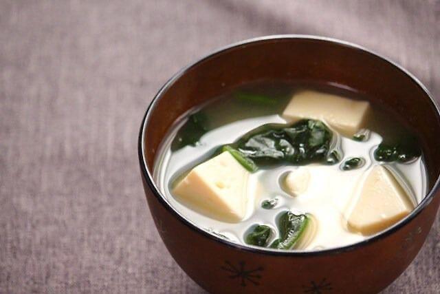 冷えた体を温める&代謝UPで回復食にGoodな簡単お味噌汁。しょうがをあたためて使うことで、冷え対策にもおすすめです。