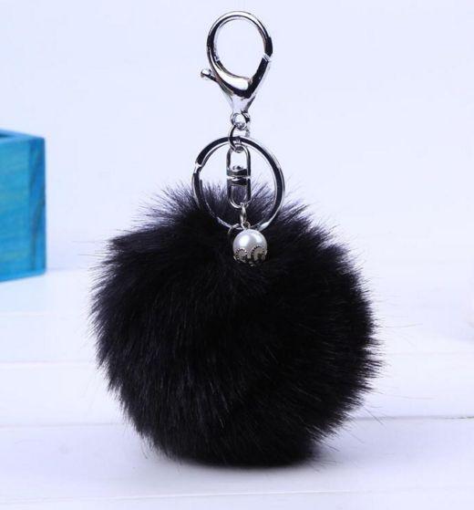 My furry pom pom zwart met zilveren sleutelhanger. Leuk voor aan je tas of sleutel. Een parel als extra decoratie. Door deze zachte bol van 8 cm heb je een sleutel snel gevonden. Ook leuk om cadeau te geven!