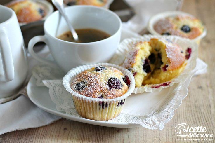 Tipici americani, per ogni colazione come si deve, i blueberry muffins o muffins ai mirtilli sono soffici dolcetti che non possono mancare sulla tavola di breakfast e brunch accompagnati da una buona tazza di caffè fumante e spremuta fresca d'agrumi.