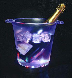Organisez une soirée inoubliable grâce à ces seaux à Champagne lumineux et pas chers : http://www.mariage.fr/seau-a-champagne-lumineux-led-jeu-de-lumiere.html
