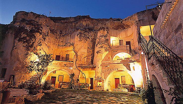 カッパドキアの洞窟ホテル(トルコ)|黄の絶景|THE WORLD IS COLORFUL | 海外旅行情報 エイビーロード