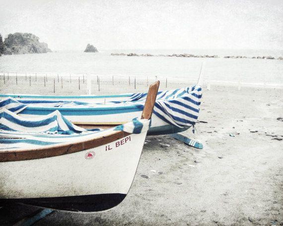 """Boot-Fotografie - hölzerne Angeln Boote nautischen Dekor - blauen und weißen Streifen - Geschenk für ihn - nautische Fotografie drucken """"Blaue Streifen"""""""