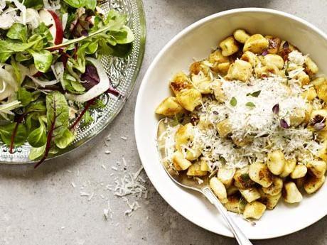 Timjangnocchi med syrlig äppelsallad och vitlöksstekt svamp