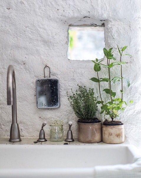 ...att skapa små stilleben, små blickfång är så fint! Här är det så fint att man på ett enkelt sätt fångar upp den lilla gluggen i väggen...