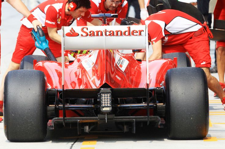 Mecánicos de Ferrari dan el último toque al coche de Fernando Alonso
