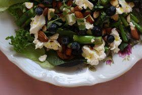 """Denne skønne salat smager bare super godt, så lav den endeligt:)  Den tog egentligt udgangspunkt i en opskrift fra """"Mad til Mange"""" af Ca..."""