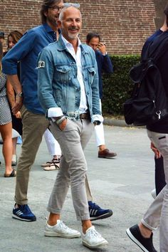 Die: sneakers + chinos + denim jacket + shirt